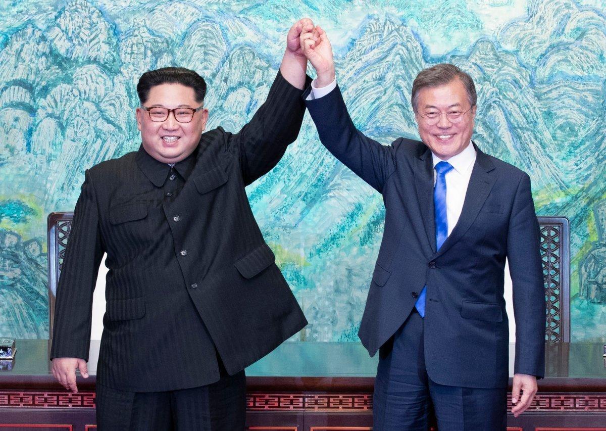 문재인 대통령과 김정은 북한 국무위원장이 지난달 27일 오후 판문점 평화의 집에서 열린 남북정상회담에서 한반도의 평화와 번영, 통일을 위한 판문점 선언문에 서명한 뒤 손을 들고 있다. 김상선 기자