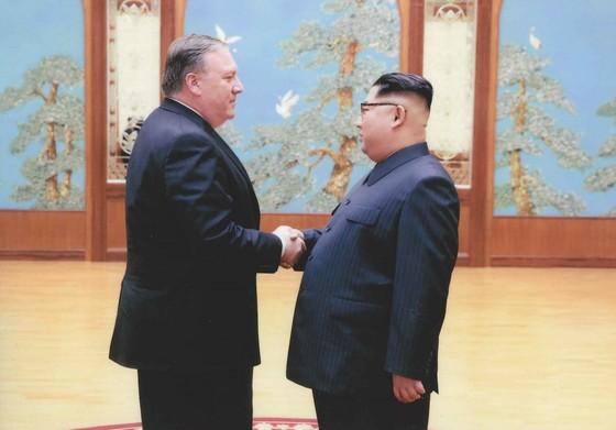 마이크 폼페이오 미 국무장관이 9일 북한을 전격 방문했다. 지난 3월 31일 당시 CIA 국장이자 대통령 특사 자격으로 방북한 폼페이오 장관이 김정은 북한 국무위원장과 악수하고 있다. [연합뉴스]