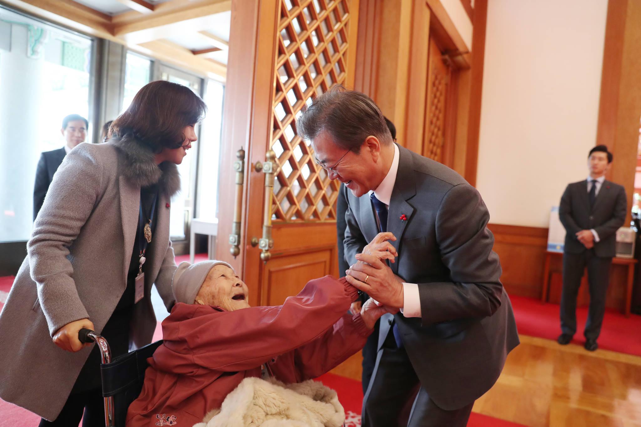 문재인 대통령은 1월 4일 일본군 위안부 피해자들을 청와대로 초청해 오찬을 함께 했다. 곽예남 할머니가 현관에서 기다리던 문 대통령과 반갑게 인사하고 있다. [사진 청와대]