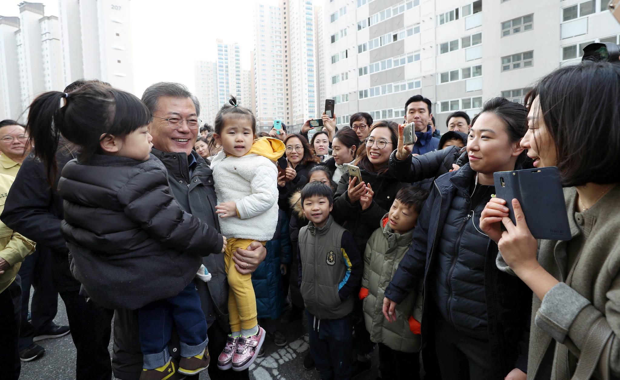 문재인 대통령이 지난해 11월 24일 오후 포항시 북구 지진 피해자 입주예정 아파트를 살펴 본 뒤 주민들과 인사하고 있다. 김상선 기자