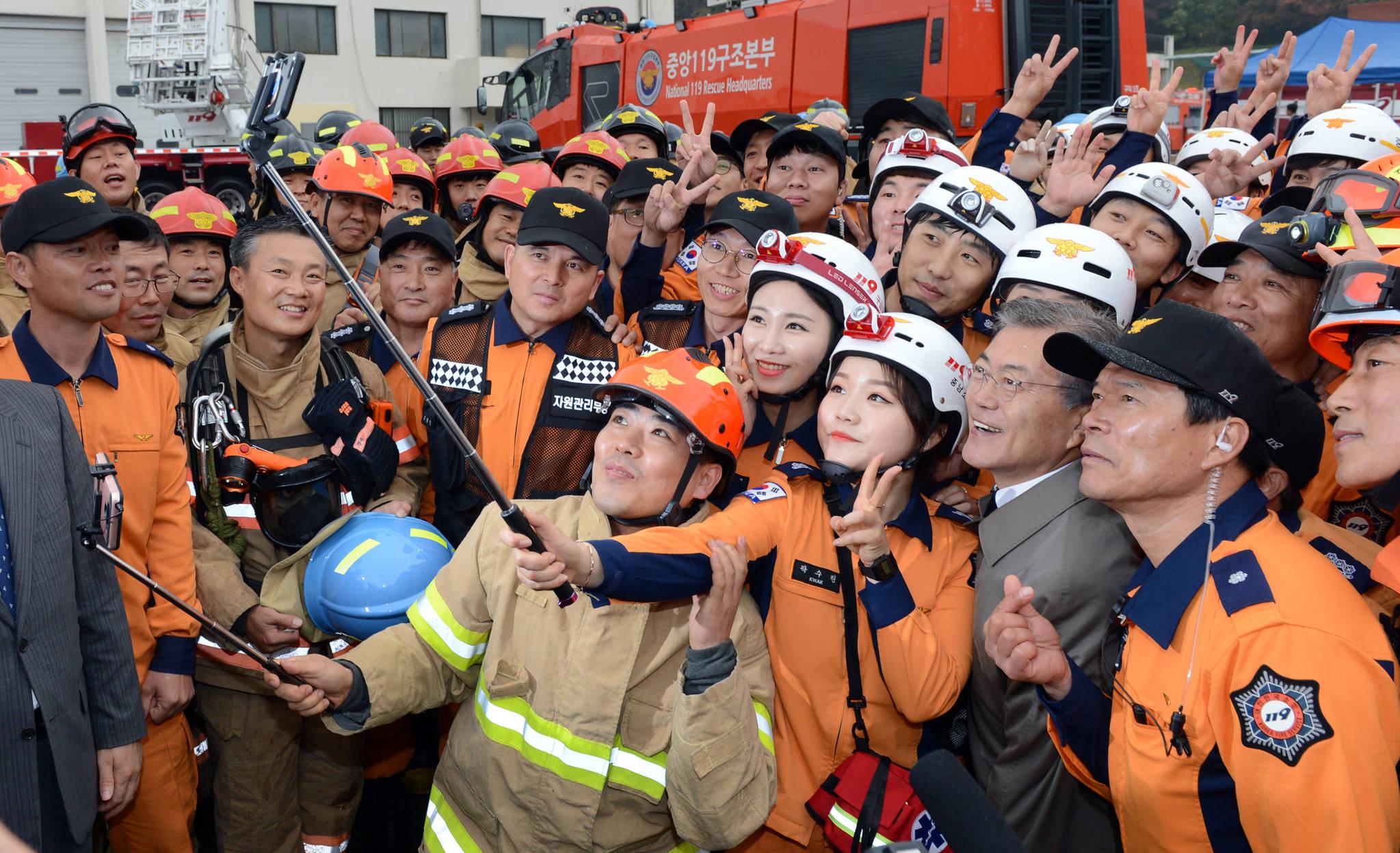문재인 대통령이 지난해 11월3일 충남 천안 소방학교에서 열린 소방의 날 행사에서 소방관들과 기념촬영을 하고 있다. 김상선 기자