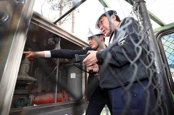지난 3월 6일 이낙연 국무총리가 경기도 안양시 복합상가건물을 방문, 전문가와 함께 가스시설 안전진단을 하고 있다. [연합뉴스]