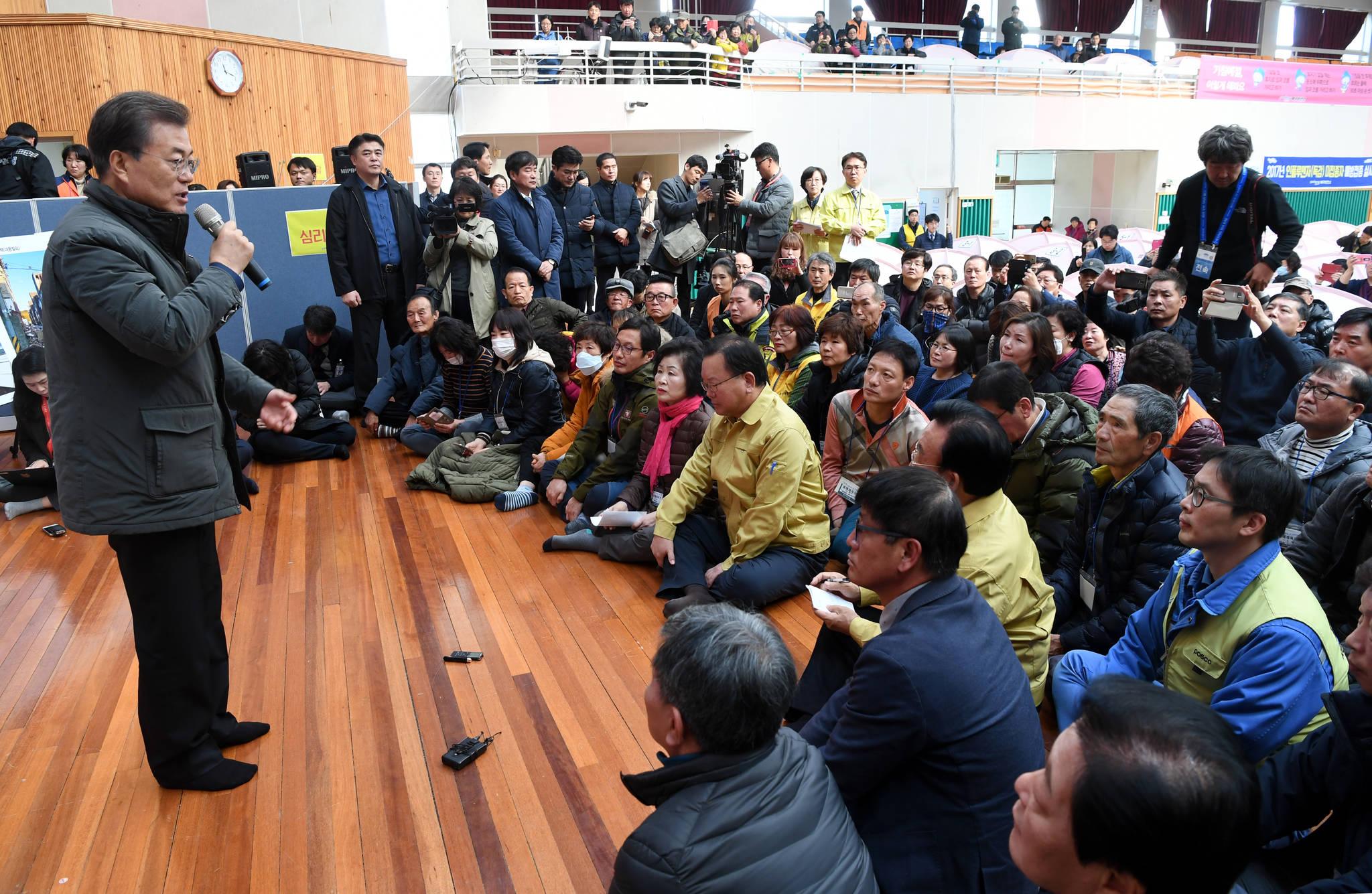 문재인 대통령이 지난해 11월 24일 오전 지진피해를 입은 포항 흥해 실내체육관을 찾아 피해 이주민들과 대화하고 있다. 김상선 기자