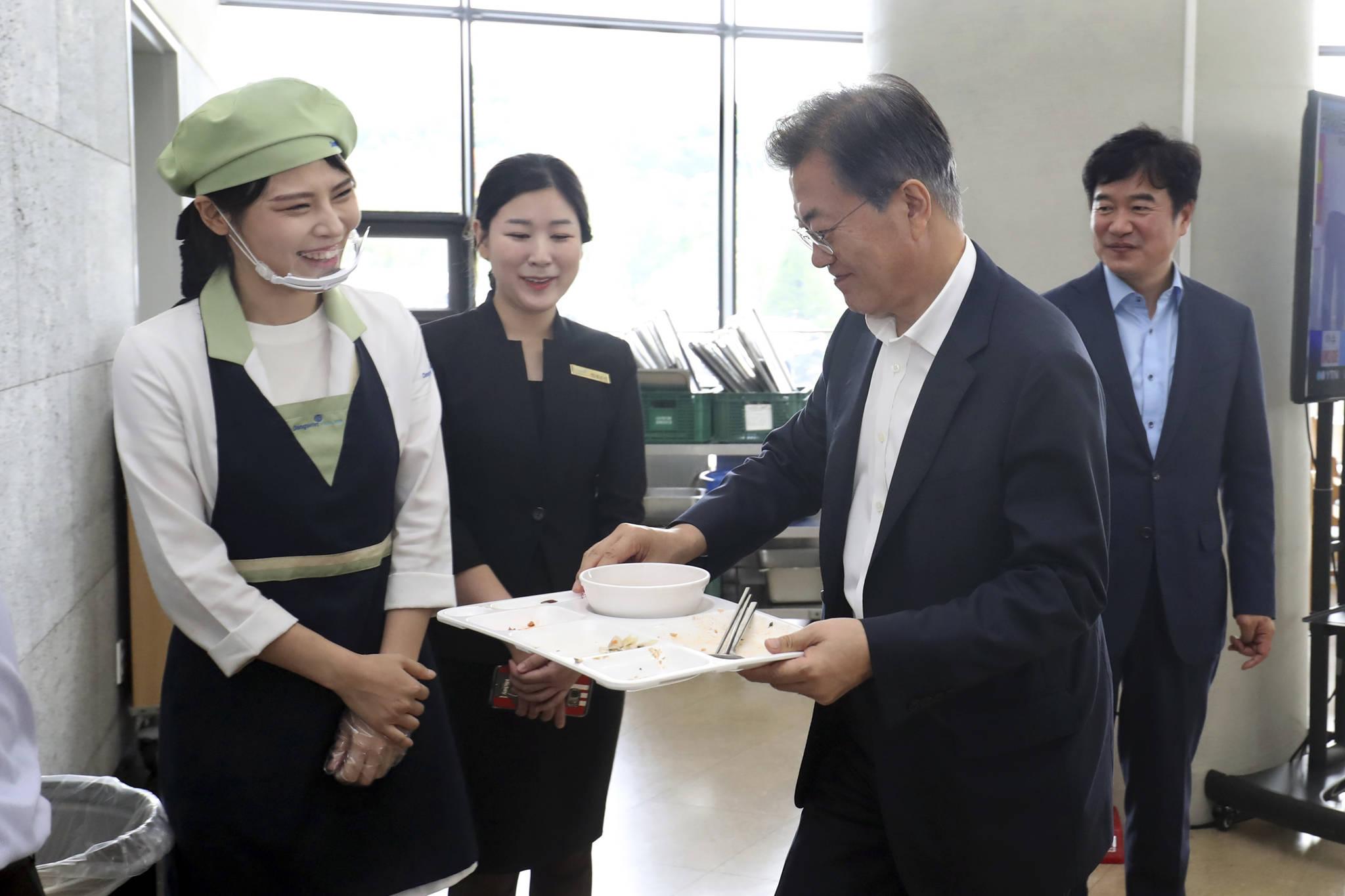 지난해 8월 31일 문재인 대통령이 정부세종청사 구내식당에서 점심식사를 마친 후 식기를 반납하고 있다.김상선 기자