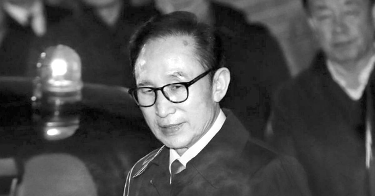 뇌물수수 등의 혐의로 구속영장이 발부된 이명박 전 대통령이 지난 22일 밤 서울 강남구 논현동 자택에서 구치소로로 향하고 있다. [중앙포토]