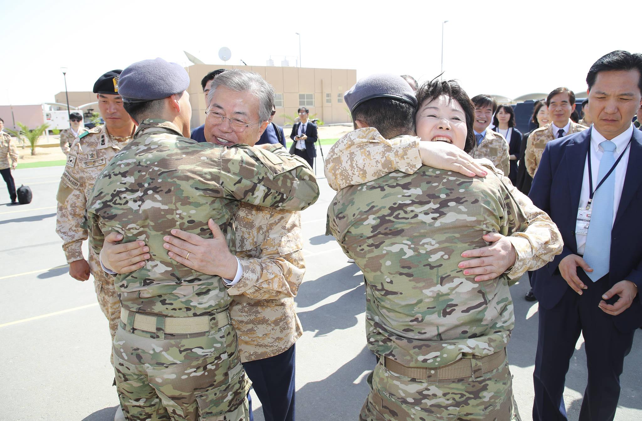 아랍에미리트(UAE)를 공식 방문 중인 문재인 대통령과 김정숙 여사가 3월 27일 오전(현지시간) 아부다비에 주둔하고 있는 아크 부대를 방문, 장병들을 안아주고 있다. 김상선 기자