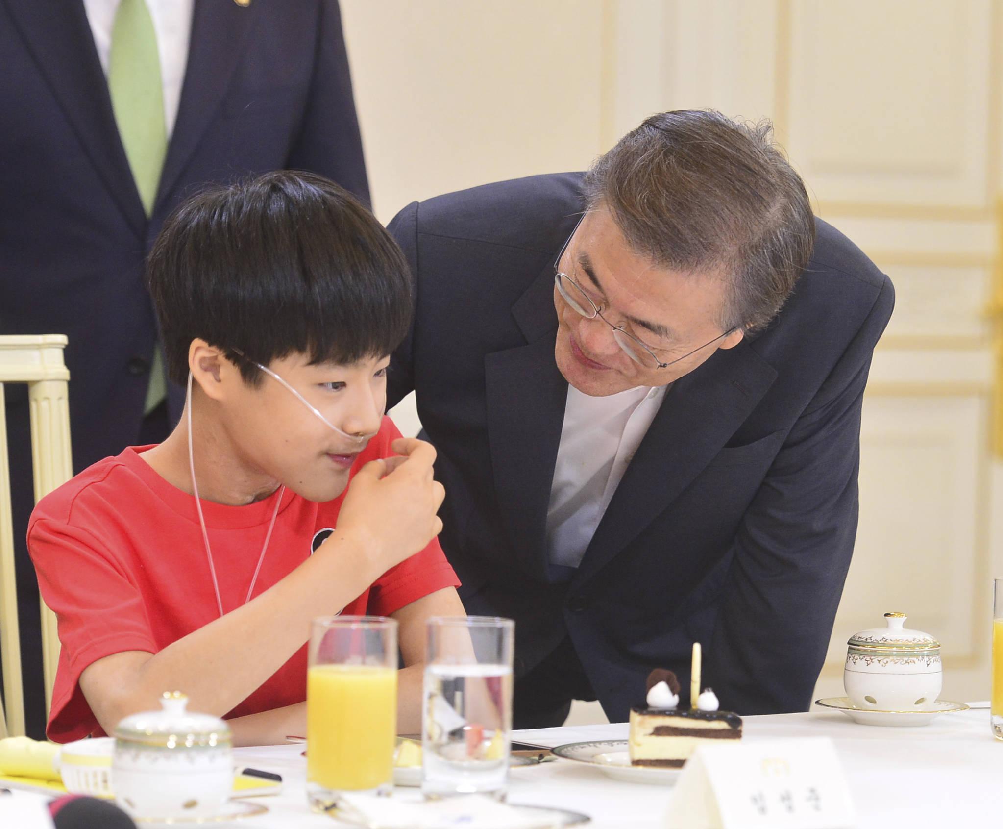 지난해 8월 8일 문재인 대통령이 청와대 인왕실에서 가습기 살균제 피해자 간담회에 참석한 피해자 임성준군과 대화하고 있다. 청와대사진기자단