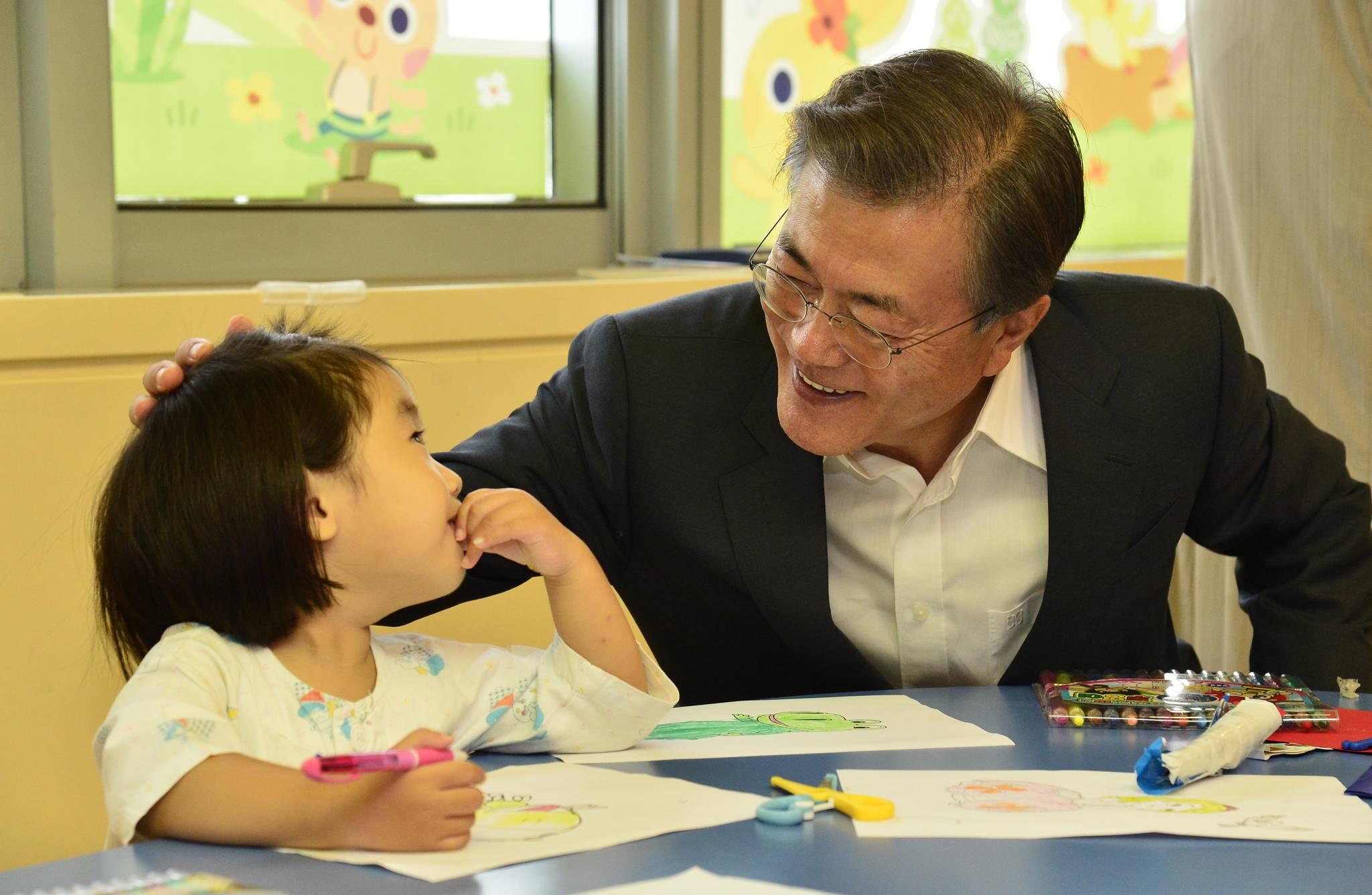 지난해 8월 9일 문재인 대통령이 서울 서초구 서울성모병원을 방문해 병원내 어린이학교에서 아이들과 같이 그림 그리기를 하고 있다. 청와대사진기자단