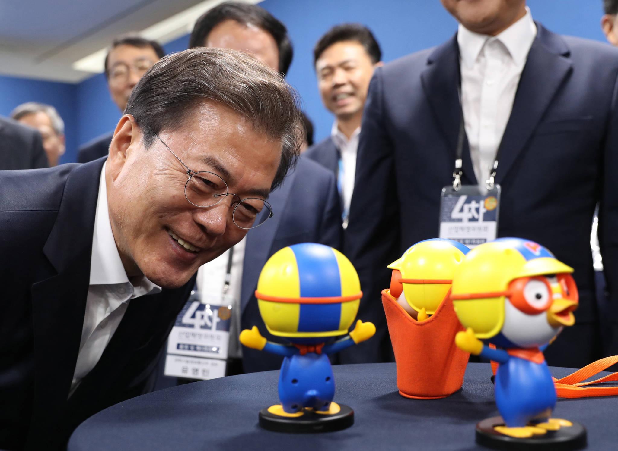문재인 대통령이 지난해 10월 11일 서울 마포구 에스플렉스센터에서 열린 4차산업혁명위원회 출범 및 제1차회의에 참석했다. 문 대통령이 음성인식이 가능한 인공지능 캐릭터로봇 뽀로롯과 대화하고 있다. 김상선 기자