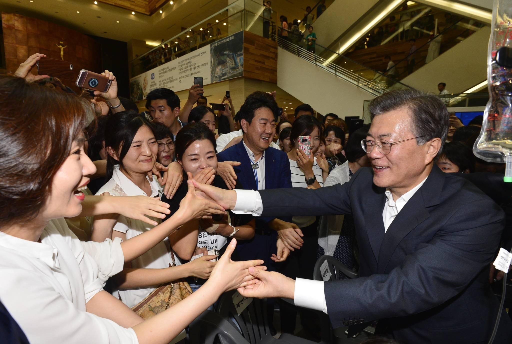 문재인 대통령이 지난해 8월 9일 서울 서초구 서울성모병원에서 건강보험보장강화에 대한 발표를 마친 후 환자와 보호자, 의사등과 인사를 하고 있다. 김상선 기자