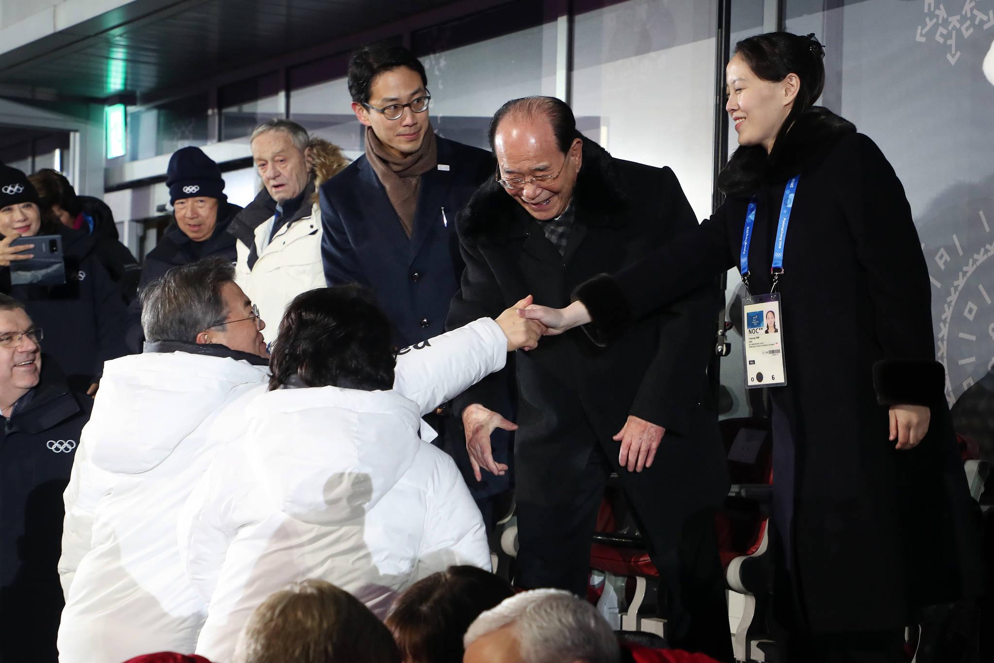 문재인 대통령이 2월 9일 평창 올림픽 스타디움에서 열린 2018 평창 동계올림픽대회 개회식에서 김여정 북한 노동당 중앙위 제1부부장과 인사를 하고 있다. 김상선 기자