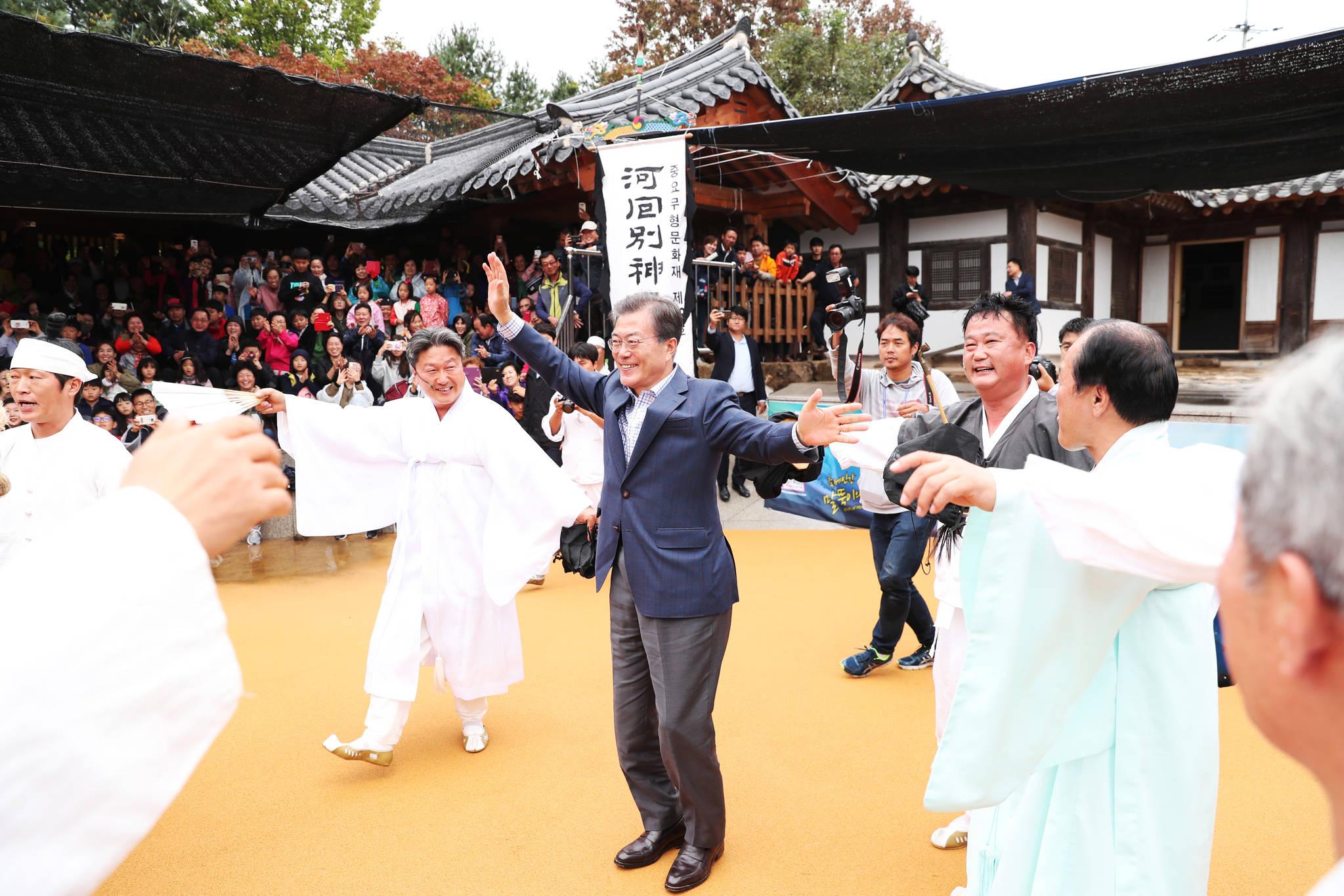 지난해 10월 6일 오후 문재인 대통령과 김정숙 여사가 안동 하회마을을 방문했다. 문 대통령이 공연장에서 하회별신굿탈놀이 공연이 끝난뒤 출연진과 같이 춤을 추고 있다. [사진 청와대]