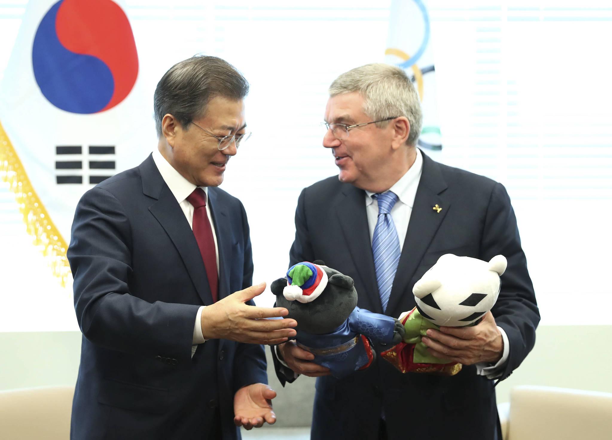 지난해 9월 19일 문재인 대통령이 미국 뉴욕 유엔사무국에서 토마스 바흐 국제올림픽위원회(IOC) 위원장에게 평창동계올림픽 마스코트인 '수호랑', '반다비' 인형을 선물하고 있다. 김상선 기자