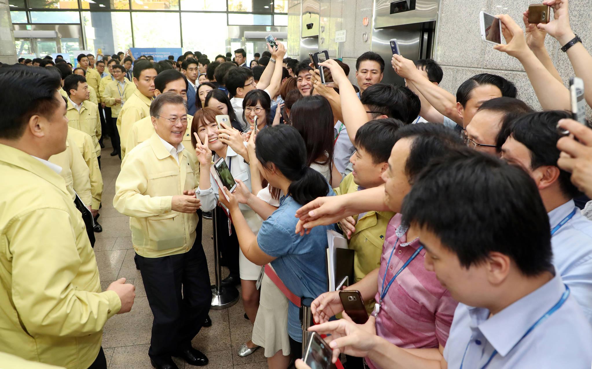문재인 대통령이 지난해 8월 22일 오후 정부 과천청사에서 열린 2017년 과학기술정보통신부와 방송통신위 업무보고를 마치고 나오며 관계 부처 직원들과 기념 사진을 찍고 있다. 김상선 기자