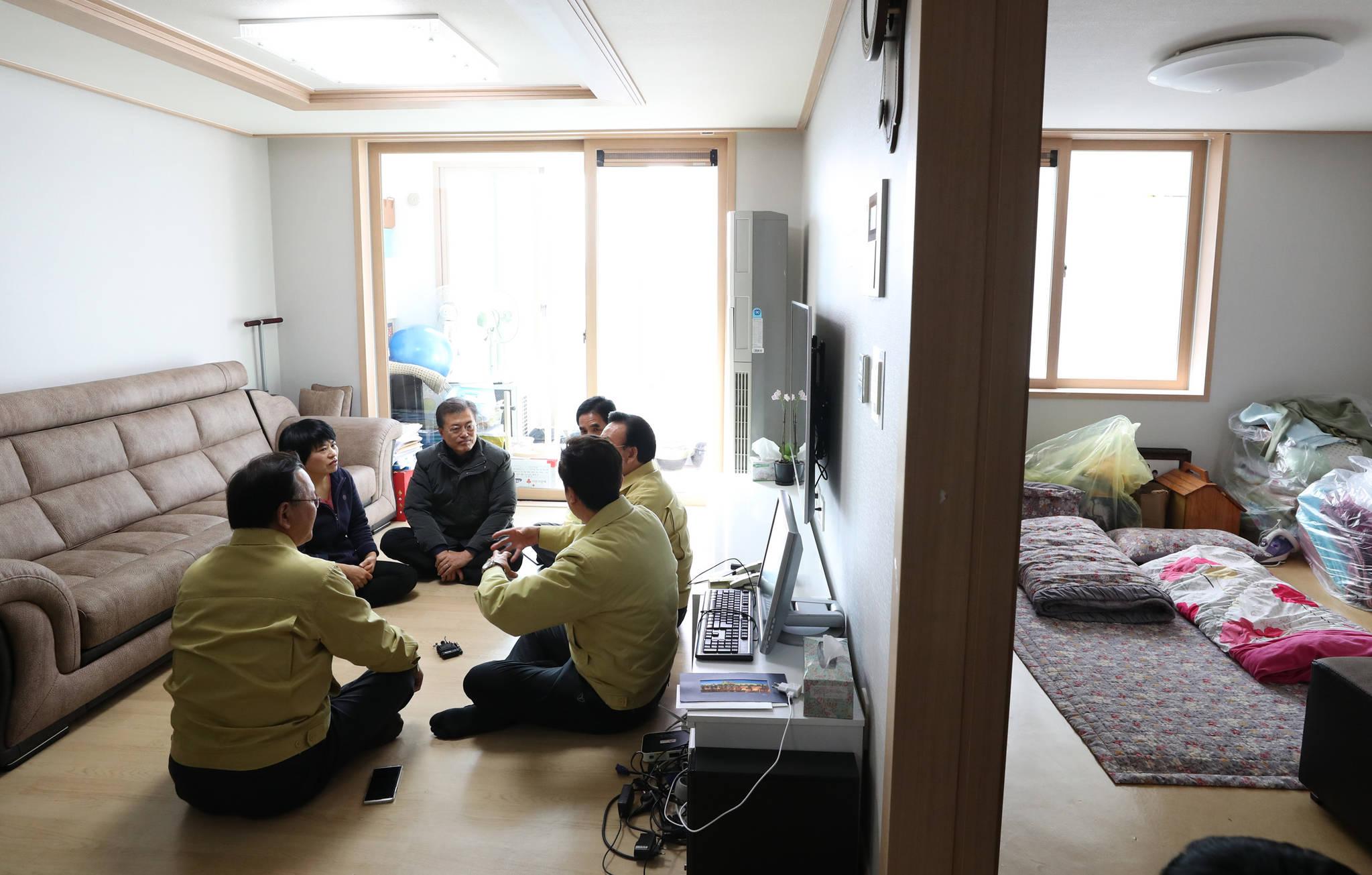 문재인 대통령이 지난해 11월 24일 오후 지진 피해로 특별재난지역으로 지정된 경북 포항 북구의 한 이재민이 입주한 LH입주주택을 방문해 담당자들의 이야기를 듣고 있다. 김상선 기자