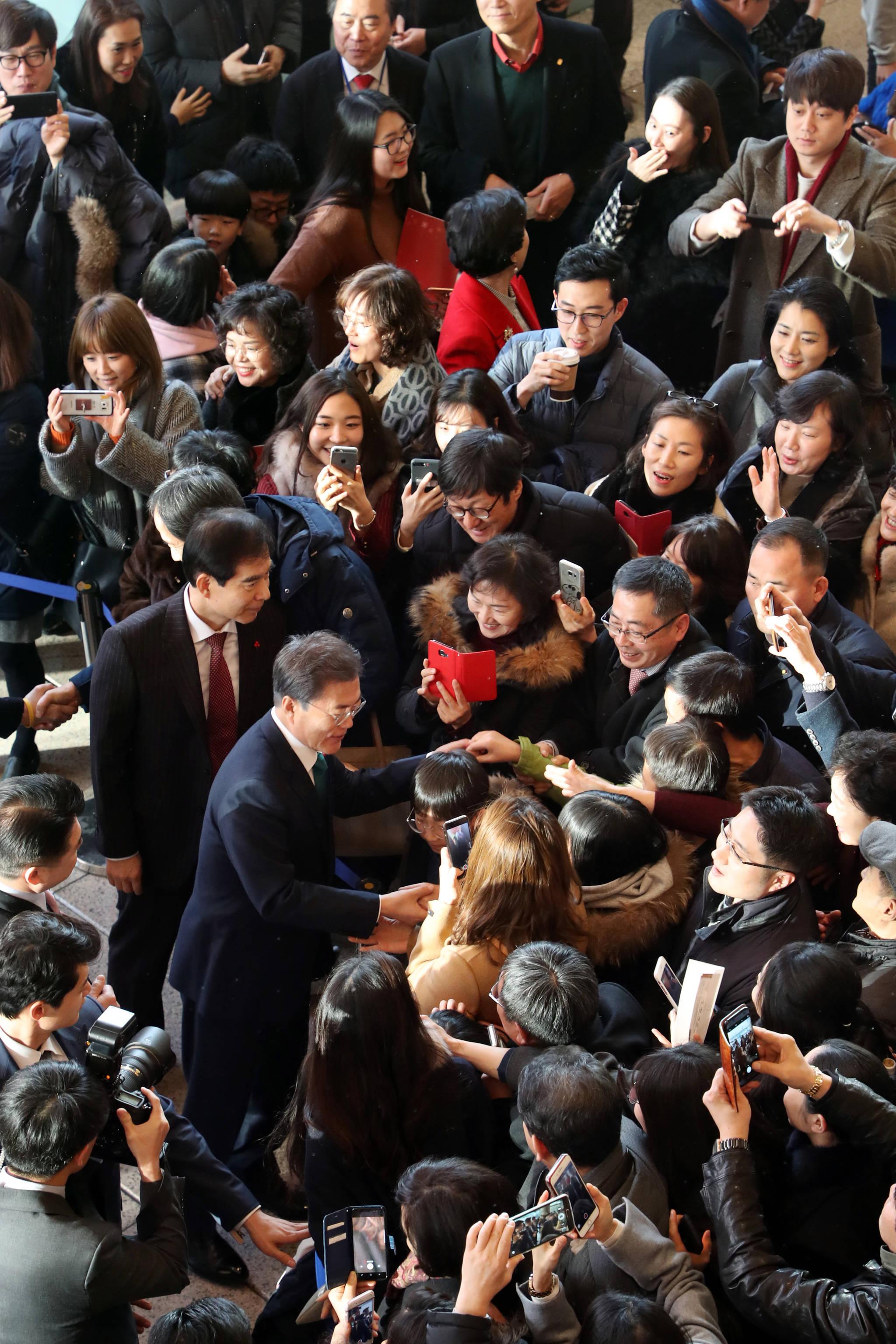 문재인 대통령이 지난해 12월 25일 오후 서울 서초구 예술의전당 콘서트홀에서 열린 '2017년 개신교.천주교 연합 성탄음악회'에 참석해 시민들과 인사를 나누고 있다. 김상선 기자