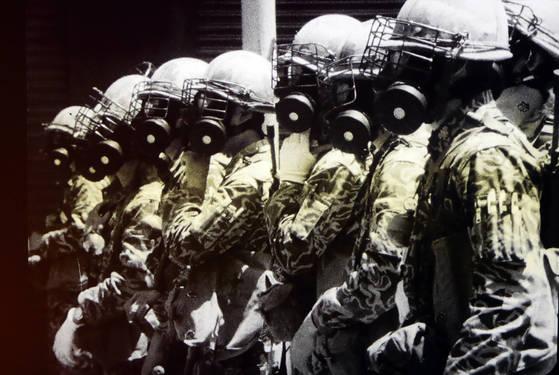 9일 5·18민주화운동기록관이 공개한 광주항쟁 당시 계엄군이 시민군과 대치하는 모습. [5·18민주화운동기록관 공개 영상 캡처=연합뉴스]