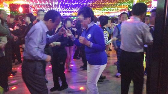 플로어에서 파트너와 열심히 춤을 추는 사람들. [사진 정하임]