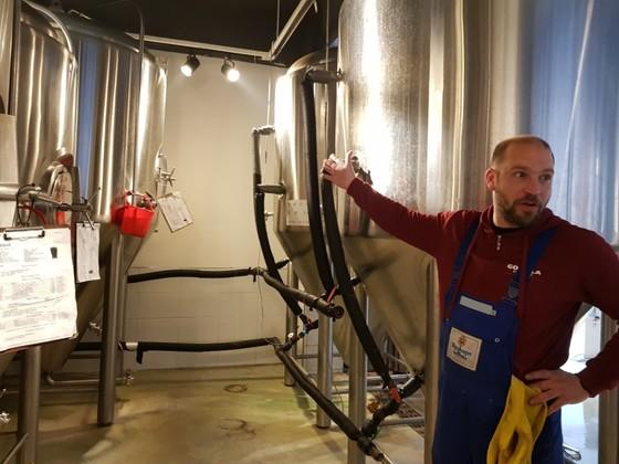 고릴라 브루잉의 양조사 크래머 펠릭스가 수제 맥주 제조 과정을 설명하고 있다. [이은지 기자]