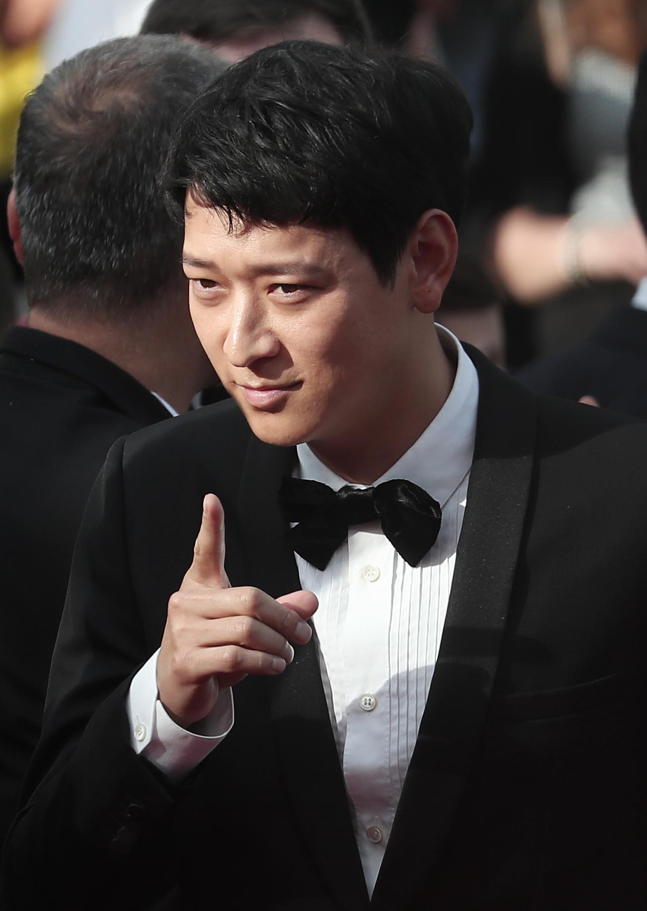 배우 강동원이 칸영화제 레드카펫에 참석해 카메라를 향해 포즈를 취하고 있다. [일간스포츠]