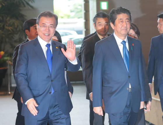 9일 오후 일본 총리관저에서 열린 한일 정상회담을 위해 문재인 대통령(왼쪽)과 아베 총리가 입장하고 있다. [청와대사진기자단]