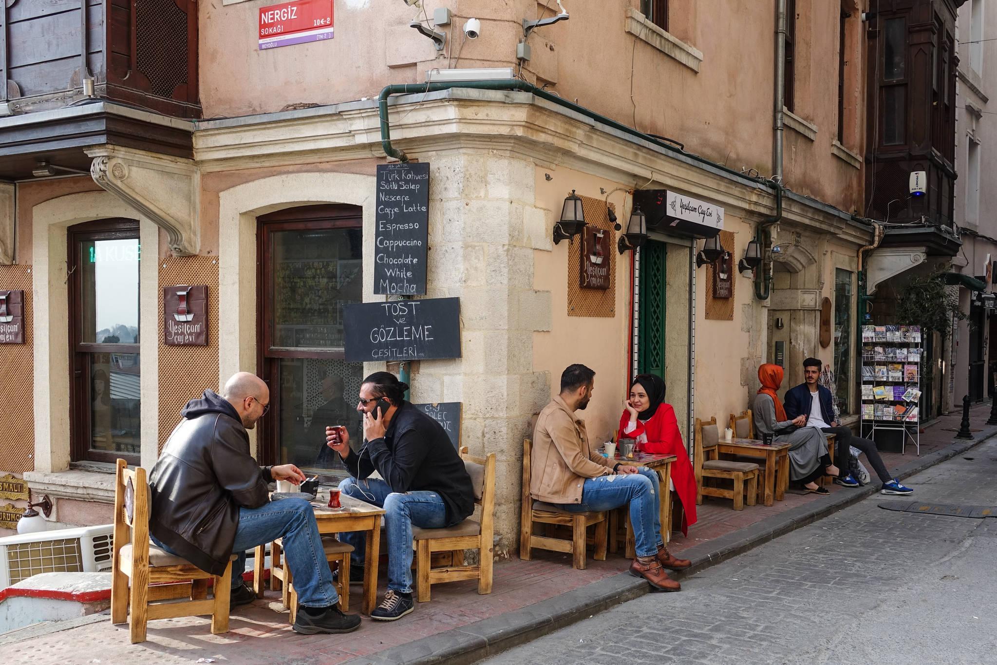 터키인은 커피보다 차이(터키식 홍차)를 즐겨 마신다. 골목마다 카페 야외 테이블에 앉아 차이를 마시며 담소를 나누는 사람을 볼 수 있다.
