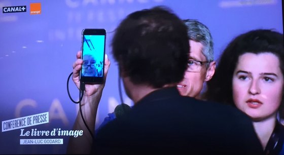 제71회 칸영화제에서 역대 가장 독특한 기자회견에 나선 장 뤽 고다르 감독. 사진은 기자회견 생중계 방송 화면. [사진 나원정 기자]