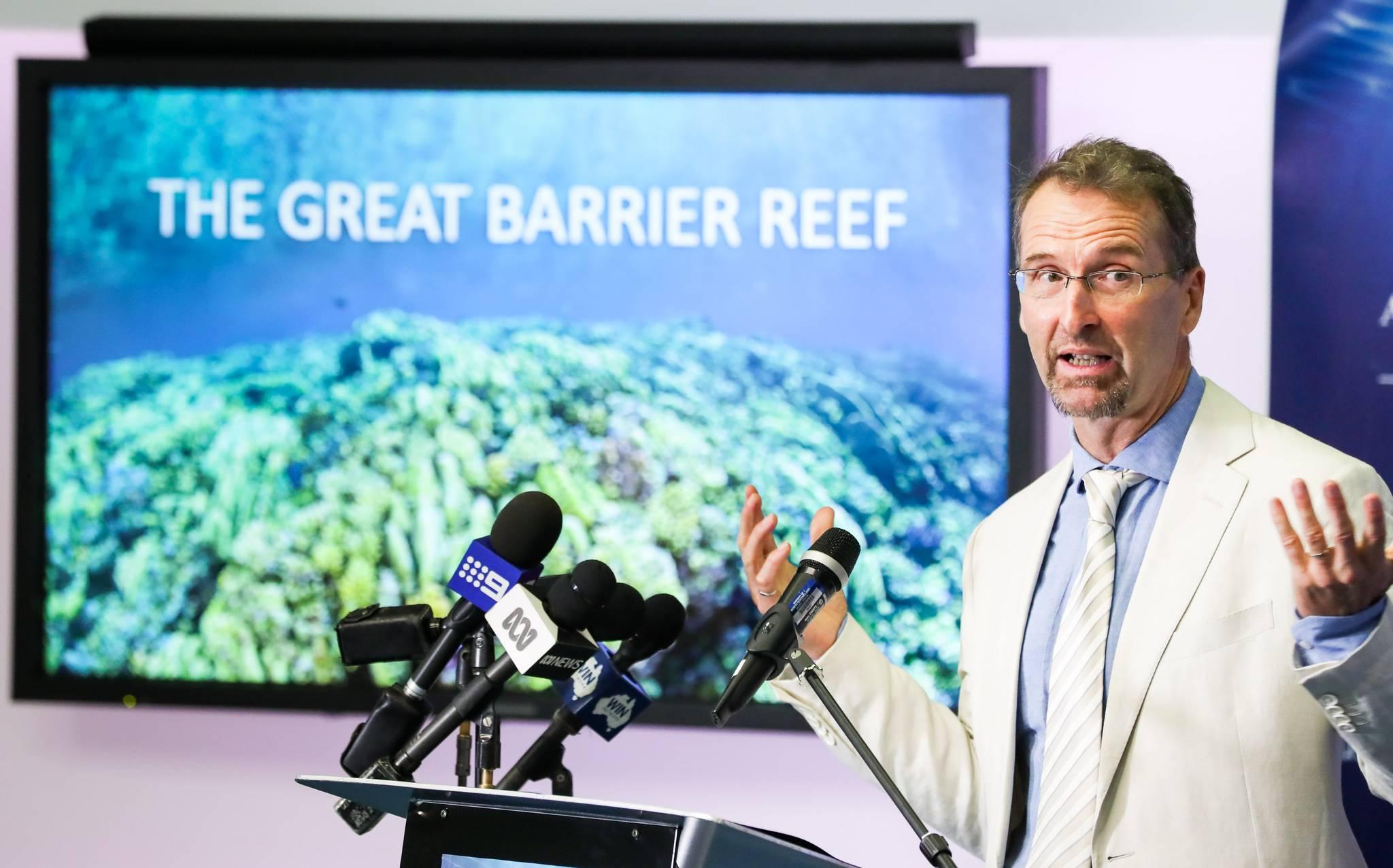 지난 1월 호주 대산호초 보호의 필요성을 역설하는 폴 하디스티 호주 해양연구소장.[EPA=연합뉴스]