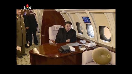 전용기 참매1-호에 탄 김정은 북한 국무위원장. [중앙포토]