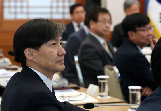 지난달 18일 오후 청와대에서 열린 제2차 반부패정책협의회에 참석한 조국 민정수석이 박은정 국민권익위원장의 보고를 듣고 있다. [청와대사진기자단]
