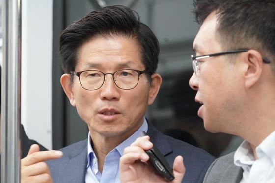 지하철에서 이동중 밀착마크 인터뷰에 응하고 있는 김문수 자유한국당 서울시장 후보.[프리랜서 이경훈]