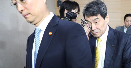 이동걸 KDB산업은행 회장이 10일 기자회견을 마친 뒤 땀을 닦으며 브리핑룸을 나서는 모습. [연합뉴스]