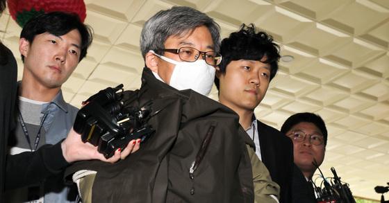 '드루킹'이 11일 오전 서울지방경찰청 사이버범죄수사대로 압송되는 모습. [뉴스1]