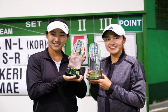 한나래(오른쪽)와 이소라가 2018 NH농협은행 챌린저 테니스 대회(총상금 2만5천달러) 복식 정상에 올랐다. [사진 농협은행 챌린저 조직위]