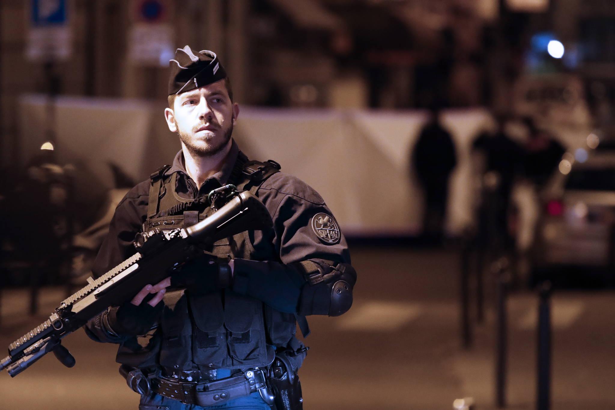 흉기 테러가 발생한 파리 중심가에서 경찰이 12(현지시간) 거리를 통제하고 있다. [EPA =연합뉴스]
