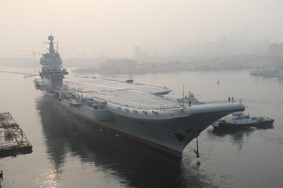 중국의 첫 자국산 001A형 항공모함이 13일 다롄조선소 부두를 떠나 해상 시험 운항에 나서고 있다. 중국의 두번째 항모인 001A형 항모는 이르면 올해 말 해군에 인도될 전망이다. [AFP=연합]