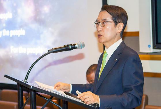 신창재 교보생명 회장이 10일(현지시간) 미국 뉴욕 UN본부에서 열린 ICSB(세계중소기업협회) 포럼 기조연설자로 강연을 하고 있다. [사진 교보생명]