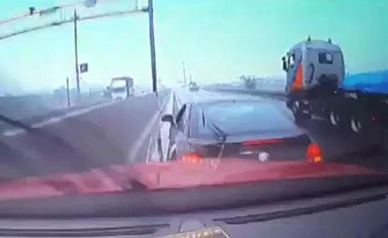 의식을 잃고 중앙분리대를 긁으며 계속 달리던 운전자의 차량을, 앞에서 자기 차량으로 막아서 일부러 충돌시켜 막는 장면. [독자 제공=연합뉴스]