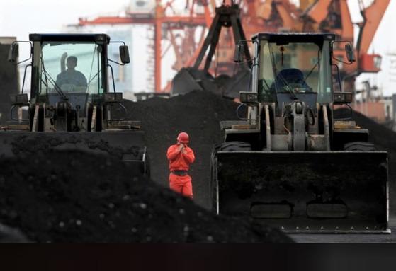 지난 2010년 중국 랴오닝성 단둥에 쌓여있는 북한산 석탄. [로이터=연합뉴스]