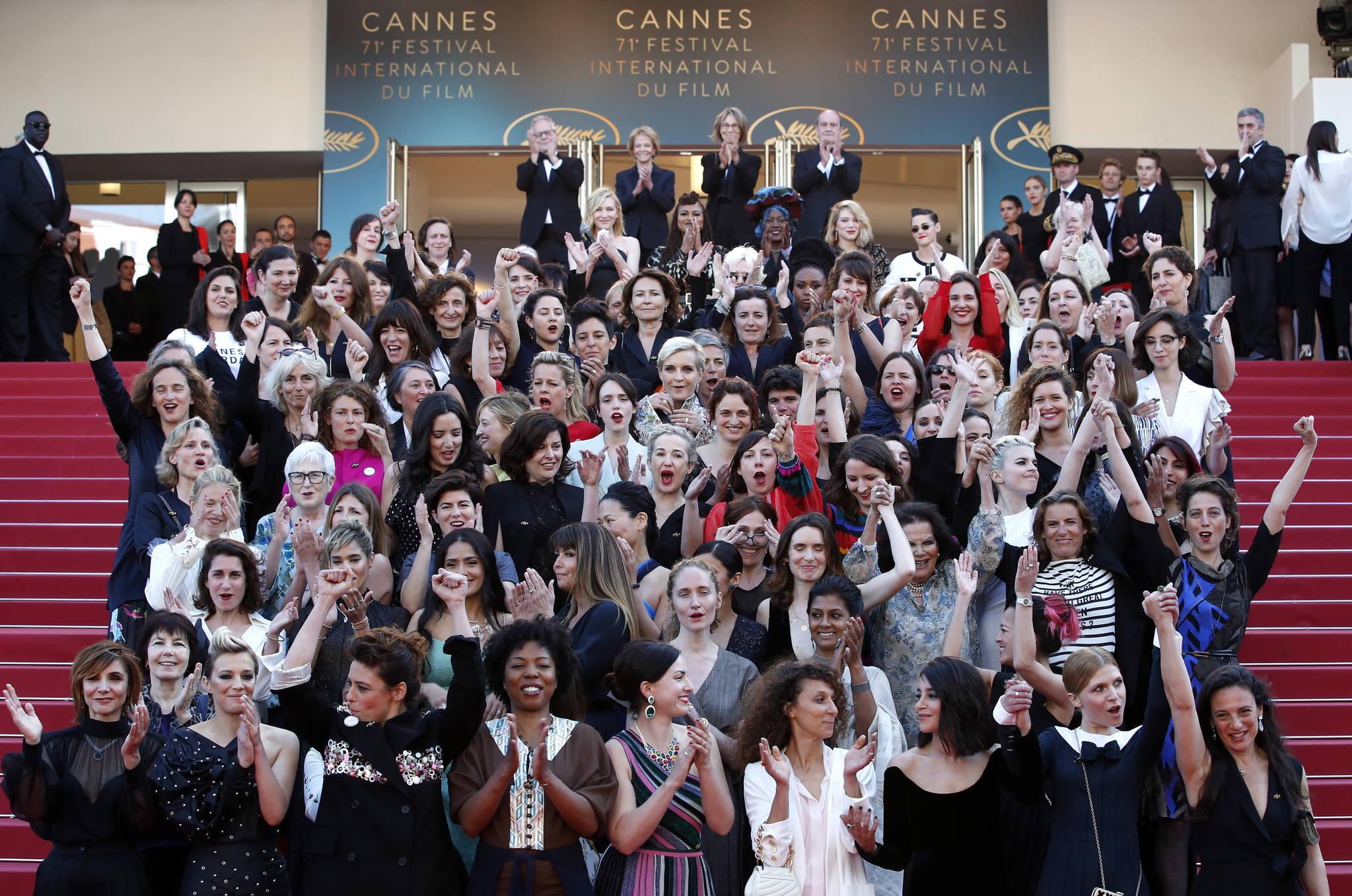 제71회 칸국제영화제에 참가한 82인의 여성 영화인들이 12일(현지시간) 다함께 레드카펫에 올라 영화계 성평등을 위한 메시지를 전했다. [EPA=연합뉴스]