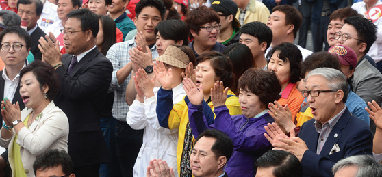 2014년 6·4 지방선거 당시 한 광역단체장 후보의 유세장을 찾은 유권자들이 박수를 치고 있다. [중앙포토]