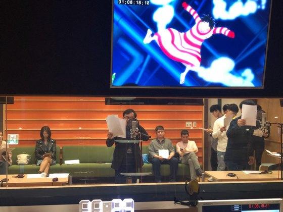 지난달 21일 서울 마포구 상암동 '애니원' 방송 스튜디오에서 진행된 애니메이션 원피스 더빙작업에 성우 강수진·소연 씨등 20여명의 연기자들이 참여했다. 최규진 기자