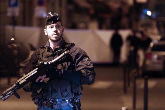 흉기 테러가 발생한 파리 중심가에 경찰이 배치돼 있다. [EPA=연합뉴스]