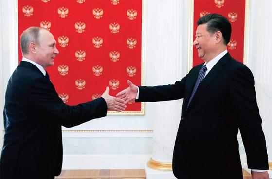 푸틴 러시아 대통령(왼쪽)과 시진핑 중국 국가주석은 장기 집권의 길을 다지며 권력을 더욱 강화하고 있다. / 사진:연합뉴스