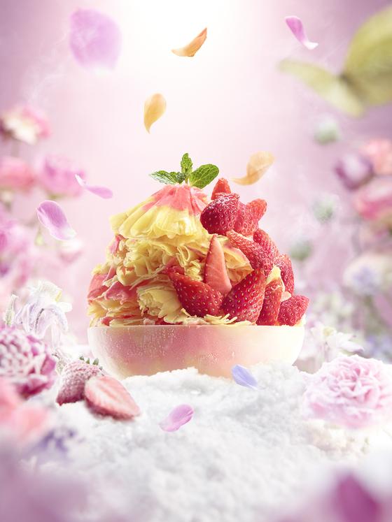 파리바게뜨가 올해 출시한 꽃빙수. 딸기와 망고로 얼음을 만들었다. [사진 SPC]