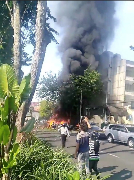13일 인도네시아 수라바야 지역 교회에서 발생한 폭탄 테러로 불길이 치솟고 있다. [로이터=연합뉴스]