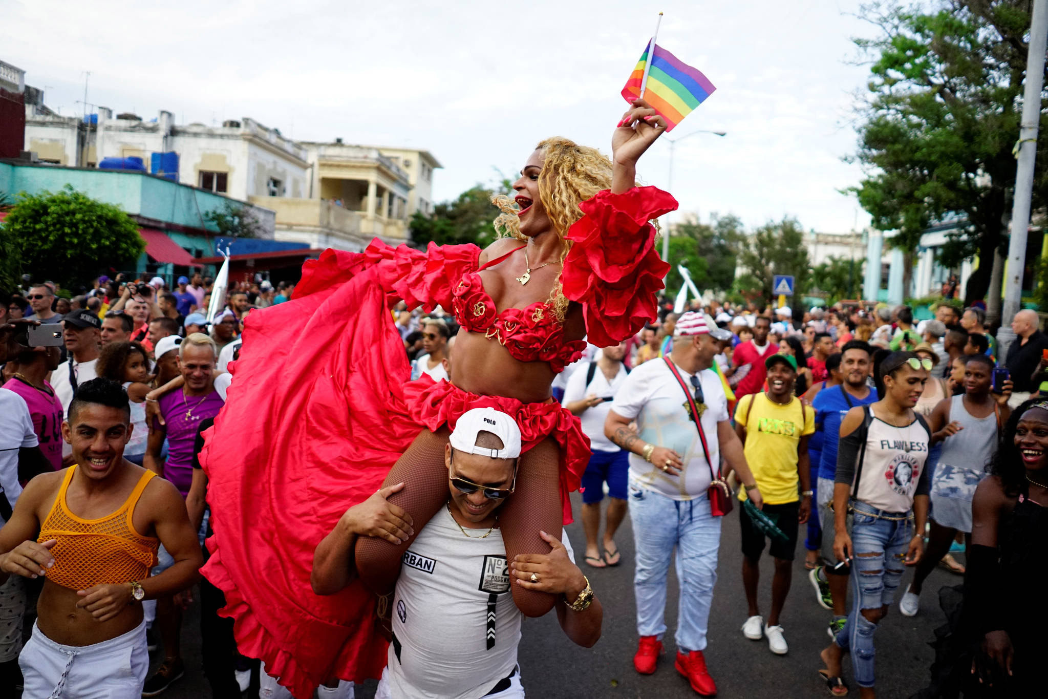 동성애자 인권 운동가들이 12일(현지시간) 쿠바 하바나에서 열린 LGBT 퍼레이드에 참가해 무지개 깃발을 들고 행진을 하고 있다. 이 퍼레이드는 다가오는 성소수자 혐오 반대의 날인 5월 17일을 기념하기 위해 열렸다. [로이터=연합뉴스]