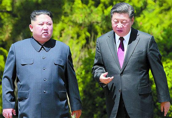 김정은 북한 국무위원장(왼쪽)과 시진핑 중국 국가주석이 지난 8일 중국 다롄 동쪽 외곽 해변에 있는 방추이다오 영빈관에서 만나 산책하면서 대화하고 있다. [연합뉴스]