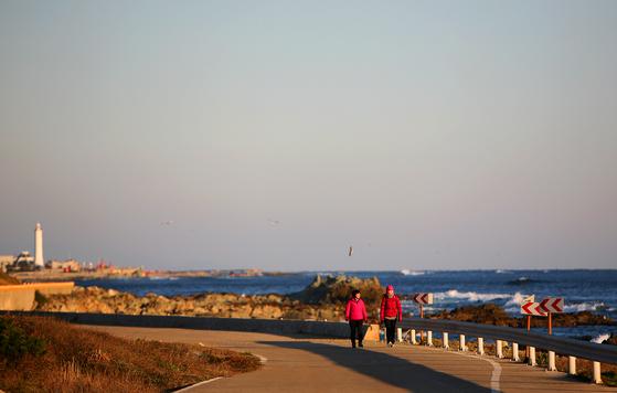 그리스와 달리 우리나라 해변에는 방파제나 펜스가 설치되어 있다. [중앙포토]