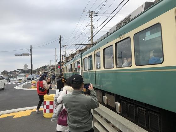 지난 2월 중국인 관광객들이 만화 '슬램덩크'에 나온 가마쿠라시 전철 에노덴을 찍고 있다. [서승욱 기자]